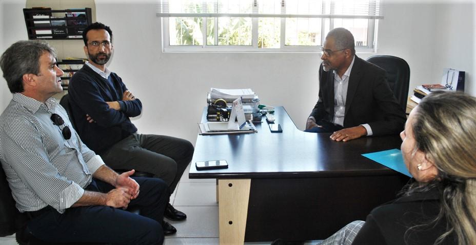 presidente e diretor executivo da CDL Tubarão reunidos com o presidente da Fundação Municipal de Educação